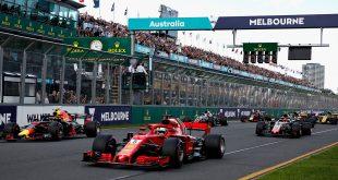 Ferrari snøt Mercedes for seieren i Australias Grand Prix. Her ser vi vinneren Sebastian Vettel og Red Bulls Max Verstappen i starten av løpet. (Foto: Red Bull)