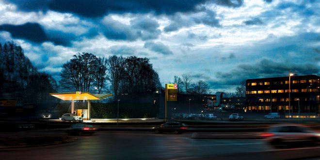 Hydrogenstasjonen i Bærum får strøm fra et solcelleanlegg i et nabobygg. (Fotomontasje: Tellef Dannevig/Aksel Warhuus, Asplan Viak)