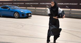 Kvinnene i Saudi-Arabia får endelig lov til å kjøre bil. Her Aseel Al Hamad. (Begge foto: Jaguar)