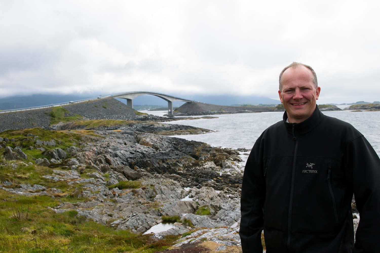 Her er Ketil Solvik-Olsen ute på en av sine sommerturer. Dette er ved Storseisundbrua. (Foto: SD)