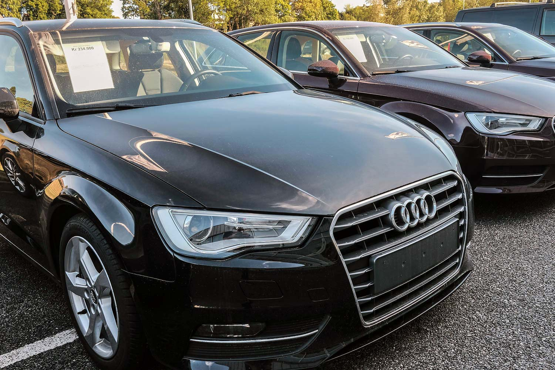 Mange som kjøper og selger biler benytter seg fortsatt av papirsalgsmeldinger. (Foto: Bil24)