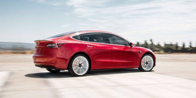 Tesla Model 3 er et skritt nærmere Euopa. (Begge foto: Tesla)