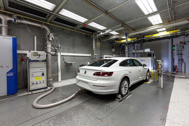Bilprodusentene må kjøre alle bilmodellene gjennom testmetoden WLTP. (Foto: VW)
