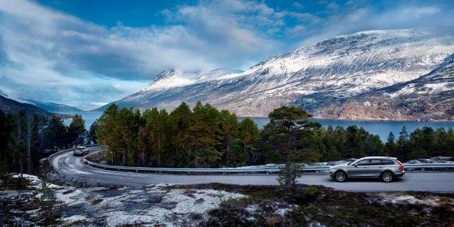 Volvo går nå til kamp mot glatte vinterveier. (Begge foto: Volvo)