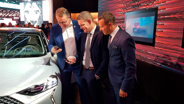 Stian Gihle, PR-sjef, Thorbjørn Myrhaug, konsernsjef PSA Norge og Thomas Christensen, merkesjef DS, følger spent med på reservasjonene som tikker inn på DS 3 Crossback E-Tense.