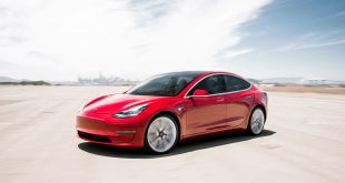 Tesla kan presentere flere gode nyheter, blant annet at Model 3 nærmer seg Europa. (Begge foto: Tesla)