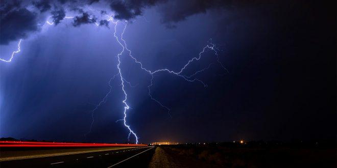 Er det farlig å kjøre elbil når det lyner? (Begge foto: DrivingElectric)