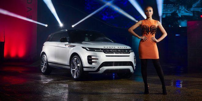 En ny Range Rover Evoque er lansert. Her viser Adwoa Aboah den fram i en drakt laget av stoff fra bilen. (Alle foto: JLR)