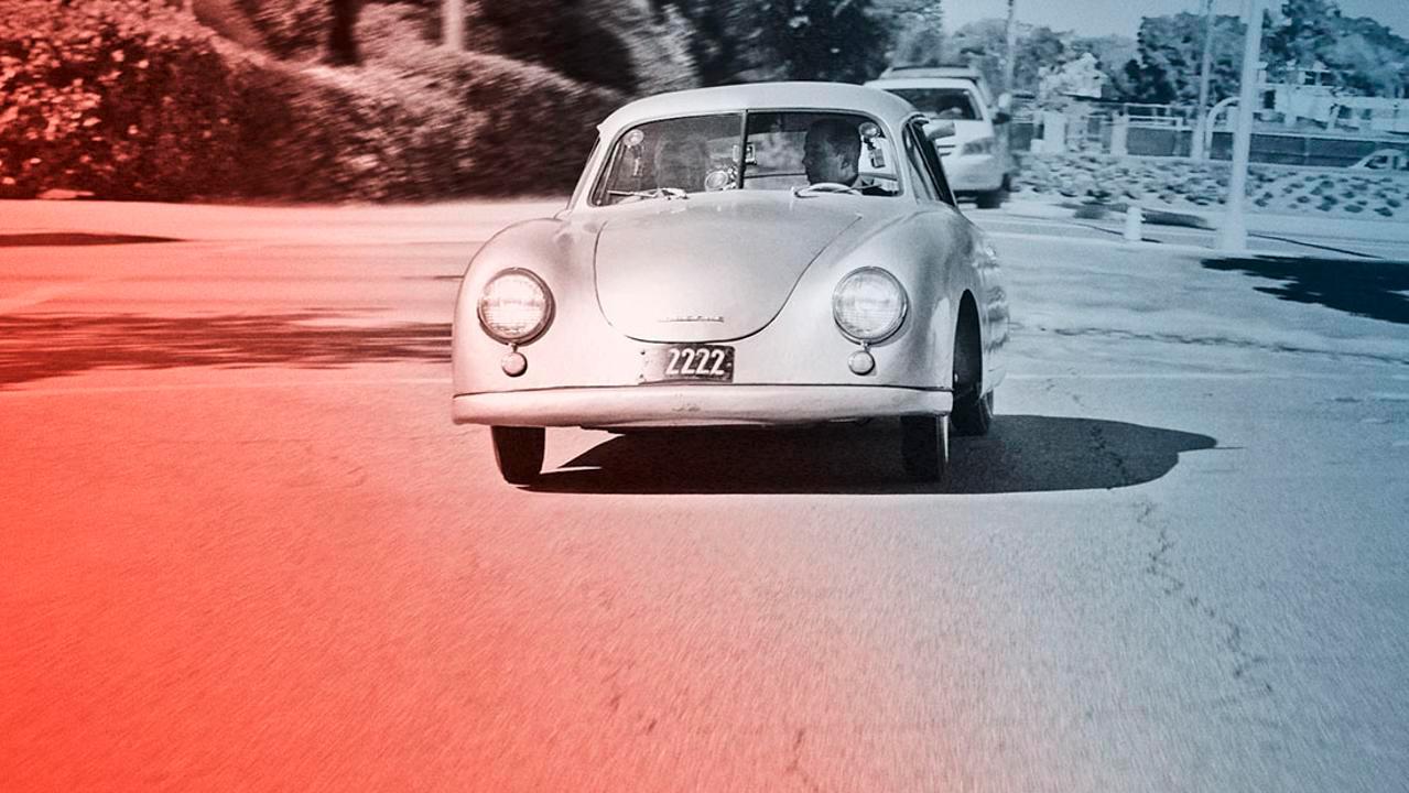 Her er Seinfeld på tur til en café sammen med en annen bilgal kjendis, nemlig Jay Leno. Og de kjører med stil, nemlig i en Porsche 356/2 fra 1949. (Foto: Porsche)