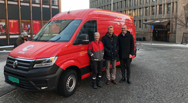 – Vi har som mål å elektrifisere de 22 rutene i Oslo innen 1. kvartal 2020, sier Lars Veder, distriktssjef. Her sammen med postbud Anne Bente Lier og Håkon Wirak.