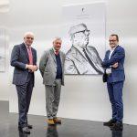 Paolo Pininfarina (midten) og bestefaren på veggen.