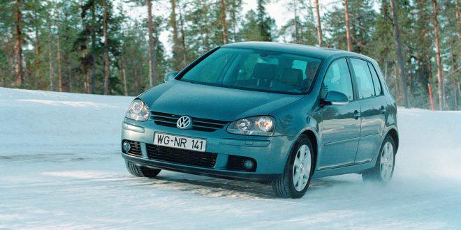 Et tysk forbrukerråd etterlyser norske eiere for et gruppesøksmål mot Volkswagen. (Begge foto: VW)