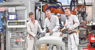 Gode idéer fra ansatte hos Audi gir enorme besparelser. Disse kom opp med et forslag angående feste av bakluken på Q2, noe som gjør at denne slippes å vaskes under produksjonen. Det sparer Audi rundt 400.000 kroner på. (Begge foto: Audi)