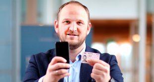 Snart blir det fysiske førerkortet et klenodium, for mobilen vil fungere som den fysiske lappen. (Foto: TLM/Samferdselsdepartementet)