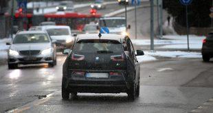 Dette er et vanlig syn på norske veier - en bil uten baklysene tent. (Foto: NAF)