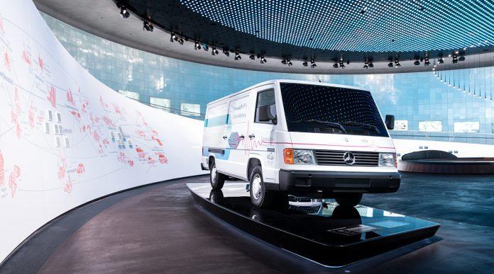 I april 1994 viste Mercedes fram denne bilen, en MB 100 med en aldri så liten hemmelighet i lasterommet. (Alle foto: Daimler)