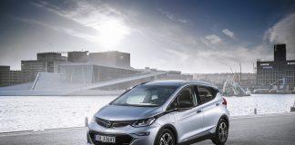 Opel justerer prisen på elbilen Ampera-e for fjerde gang siden den ble introdusert i 2017. (Begge foto: Opel Norge)