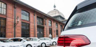 Det blir stadig solgt flere elektrifiserte biler i Europa, og nå er en ny grense brutt. (Foto: VW)