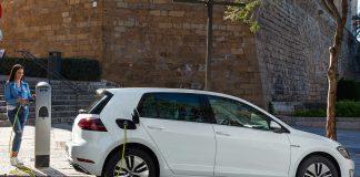 En e-Golf slipper ut mindre CO2 enn en Golf TDI, og spesielt om den lades med norsk strøm. (Begge foto: VW)