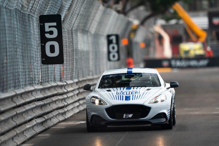 Her blir Aston Martin Rapide E vist fram kjørende for aller første gang. (Alle foto: AM)