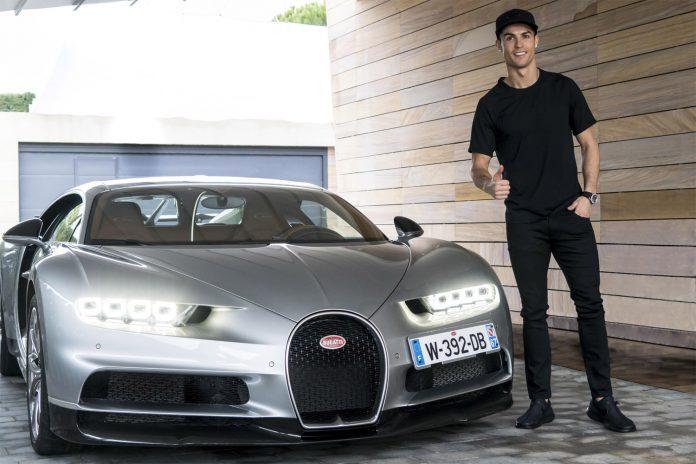 Har virkelig Cristiano Ronaldo kjøpt verdens dyreste nybil? Neppe. Men han eier en Bugatti Chiron som han her er fotograft sammen med. (Alle foto: Bugatti)