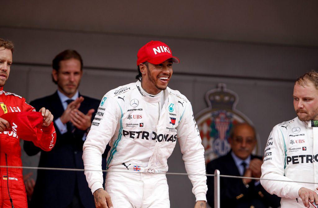 Lewis Hamiltomm hedret Niki Lauda med en rød caps etter søndagens seier. (Foto: Mercedes)