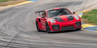 Her setter Porsche 911 GT2 RS nok en banerekord. (Begge foto: Porsche)