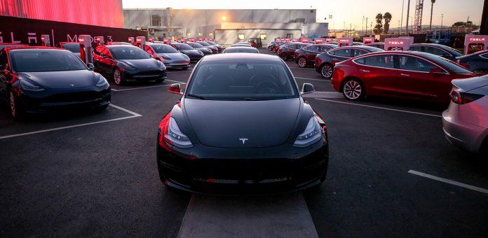 Tesla Model 3 falt ned fra salgstoppen i april. (Begge foto: Tesla)