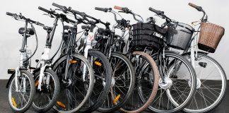 Da NAF skulle teste elsykler kom de over et stort problem, nemlig farten. (Begge foto: NAF)
