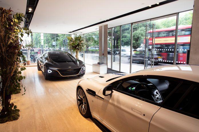 Aston Martin er på vei inn i den elektriske framtiden, og viser to elbiler i London. (Alle foto: Aston Martin)
