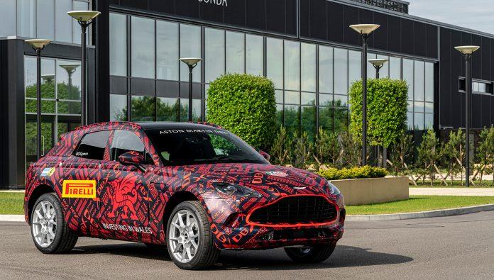 Aston Martin DBX nærmer seg nå med stormskritt. Her er den ferdige produksjonsmodell med kamuflasjedesign. (Alle foto: Aston Martin)