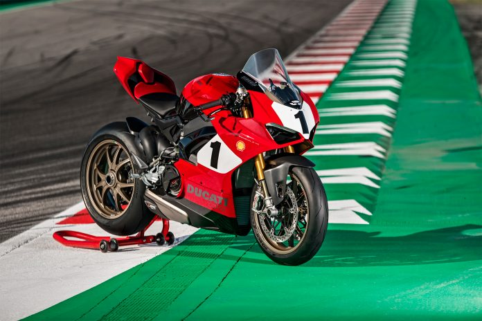Ducati hyller nå den legendariske modellen 916 med en spesialutgave av Panigale V4. (Alle foto: Ducati)