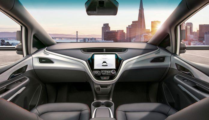 Mange er fortsatt skeptiske til selvkjørende biler. Her viser turdelingsselskapet Cruise fram cockpiten til en selvkjørende bil, og som vi ser mangler den et svært viktig element for dagens biler. (Foto: GM)