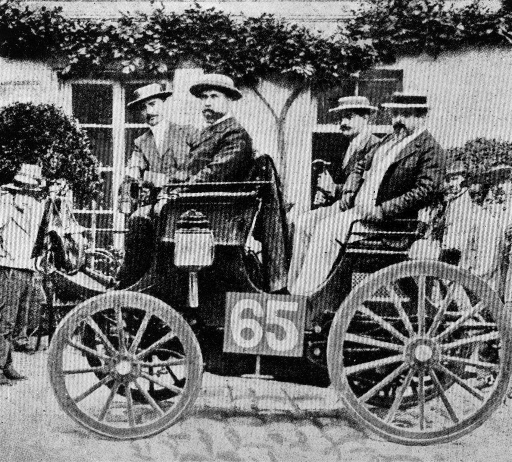 Albert Lemaitre (65) med Adolphe Clément i det venstre setet under løpet i 1894. Peugeot produserte den gang motorer på lisens fra Daimler.
