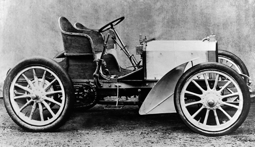 Denne med 35 hk fikk Emil Jellinek levert i desember 1900, og disse Mercedes-bilene er ansatt som de første moderne i bilhistorien. Les mer om det lenger ned i saken.