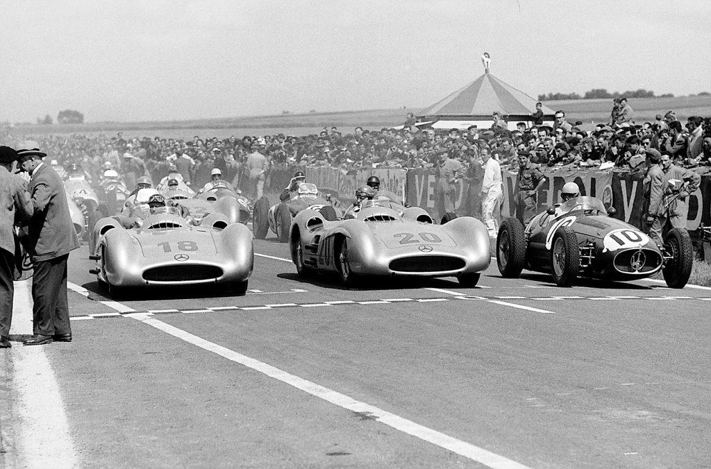 Mercedes med dobbeltseier under Frankrikes Grand Prix i 1954. Juan Manuel Fangio (nr. 18) og vinneren Karl Kling med start nummer 20.