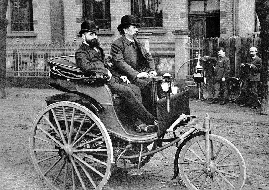 Carl Benz er ansett som bilens oppfinner, og her er han sammen med «salgssjef» Josef Brecht i 1887.