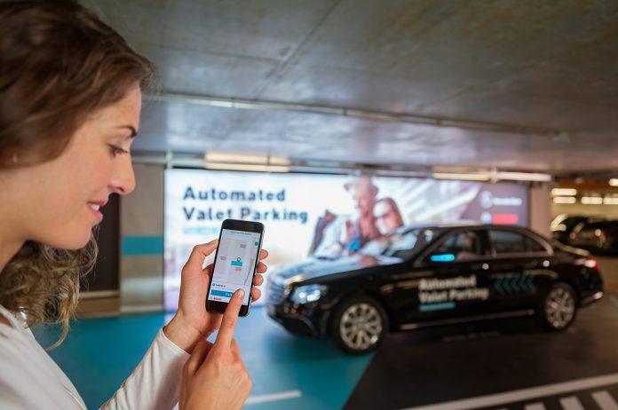 Verdens første parkeringshus hvor du bare kan droppe av bilen så parkerer den av seg selv, er nå godkjent. (Alle foto: Daimler)