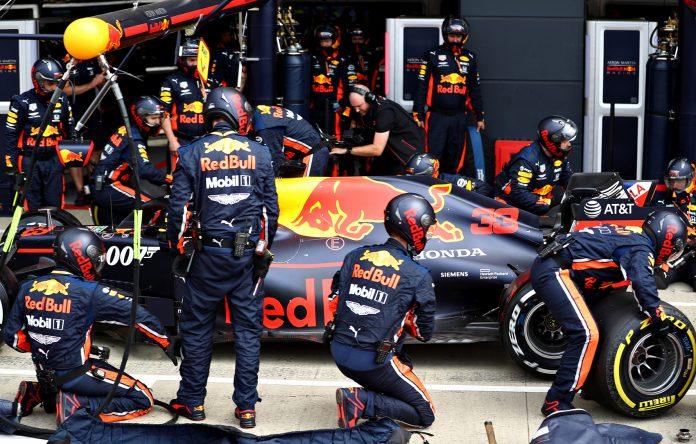 Aston Martin Red Bull skiftet fire hjul på 1,91 sekunder, noe som er verdensrekord. (Begge foto: Red Bull)