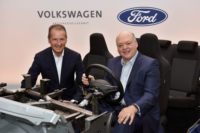 Volkswagen og Ford er i ferd med å bli riktig gode venner. Her VW-sjef Herbert Diess og Ford-president Jim Hackett. (Foto: VW)