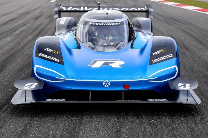 Volkswagen vil nå slette en formel 1-rekord med den elektriske sportsbilen ID. R. (Begge foto: VW)