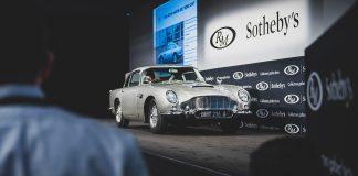 James Bonds Aston Martin DB5 med 13 spioneffekter er solgt på auksjon, og det koster å sette seg inn i bilen til 007. (Alle foto: Aston Martin)