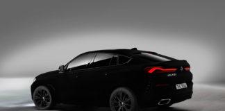Dette er verdens svarteste bil, og det er ikke enkelt å se hva slags modell dette er. (Alle foto: BMW)