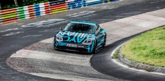 Porsche Taycan har nå sikret seg den ultimate rekorden, nemlig den rundt Nordschleife. (Begge foto: Porsche)