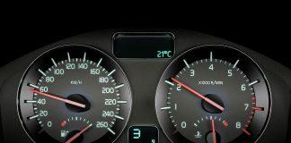 Kan man kjøre litt fortere enn 50 km/t på speedometeret, men likevel kjøre i 50? (Foto: Volvo)