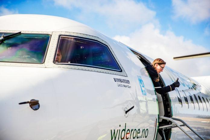 Det er tommelen opp for et samarbeid mellom Widerøe og Rolls-Royce. (Foto: Widerøe)