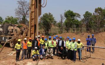 Nå skal blant andre BMW til Kongo for å påse at utvinningen av kobolt skjer på en bærekraftig måte. (Begge foto: BMW)