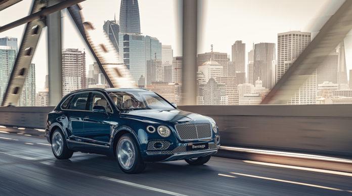 Bentley kommer nå med den aller første modellen som også kan lades. (Alle foto: Bentley)