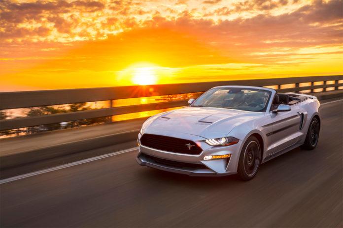 Solskinn-staten California har sine egne utslippskrav, men det kan det nå bli slutt på. Her kjører en Ford Mustang inn i solnedgangen. (Foto: Ford)