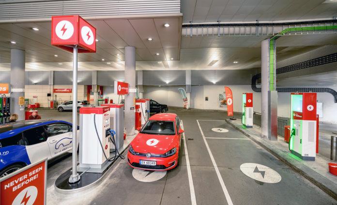 Midt mellom Bislett og Grünerløkka sentralt i Oslo ble noen av de tradisjonelle drivstoffpumpene erstattet av ladestolper. (Begge foto: Circle K)